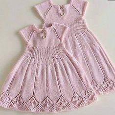 Til Lillesøster Og Storesøster Baby Knitting Patterns, Knitting For Kids, Baby Patterns, Knit Baby Dress, Knitted Baby Clothes, Diy Crochet Sweater, Crochet Baby, Baby Pullover, Baby Cardigan