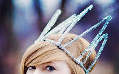 Digging this pipe cleaner crown—so fun for NYE!