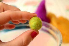 Huopapallon huovutus, tee itse palloja lampaanvillasta - Taikalandia Felting Tutorials, Felt Ball, Wet Felting, Fine Motor, Handmade Crafts, Simple, How To Make, Pattern, Gifts
