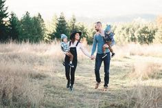 Summer Family Pictures, Winter Family Photos, Family Photos With Baby, Outdoor Family Photos, Adult Family Photos, Family Portrait Poses, Family Picture Poses, Family Photo Outfits, Picture Outfits