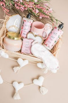 How To Create A Galentine's Gift Basket For Your Bestie – Money Can Buy Lipstick – Gift Ideas Bestie Gifts, Best Friend Gifts, Gifts For Friends, Spa Gifts, Baby Gifts, Creative Gift Baskets, Themed Gift Baskets, Raffle Baskets, Gift Box Design