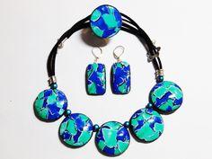 Parure collier,bague,bo fantaisie originale patchwork water color mosaic polymère vert émeraude, bleu saphir, blanc et noir (Cernit, Fimo)