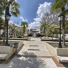Parque del Castillo de Priego.- Lugar por donde pasear con jardines rectangulares y bancos de piedra donde poder descansar. El sulo como se observa en la fotografia es de piedra.
