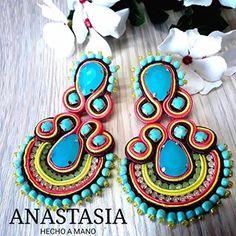 Por aqui seguimos con muchas más opciones para verte y lucir excelente #moda  #accesorios  #collar #cartera #bolso #cesta #arete #zarcillos #tendencia #musthave #venezuela #glam #outfit #must #maxi #designervenezuela #design #talentovenezolano Soutache Earrings, Collar, Anastasia, Washer Necklace, Diy, Jewelry, Fashion, Crafts, Bracelets