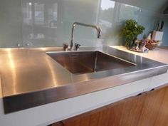 Integrerad rostfri diskbänk. Edelstahl Arbeitsplatte flächenbündig in eine große Arbeitsplatte eingearbeitet. Stainless Steel Countertop.