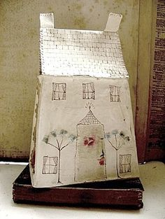 A Jessie Chorley piece. (I'll be attempting paper houses this coming season :: Hope they even come *close* to being this successful . this is wonderful! Clay Houses, Ceramic Houses, Putz Houses, Miniature Houses, Fabric Houses, Paper Houses, Paper Art, Paper Crafts, Foam Crafts
