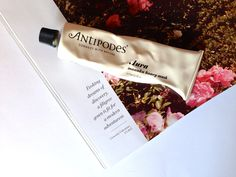 Antipodes Aura Manuka Honey Mask. A traditional remedy of New Zealand Maori people is antibacterial manuka honey, which powerfully draws moisture to your skin to hydrate it intensely. This facial mask delivers an intensely moisturising, cleansing and antioxidising treatment. It is the ultimate solution for spots and blemishes. Fragrances of vanilla pod and mandarin linger to bring peace and balance to your aura | Sydenham Pharmacy Manuka Honey Mask, Facial Masks, Beauty Hacks, Beauty Tips, Your Skin, Health And Beauty, Skin Care, Maori People, Pharmacy