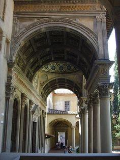 Капелла Пацци. Главный вход в здание оформлен портиком на шести колоннах, с просторным арочным проемом в центре. Внутреннее убранство завораживает красотой пропорций, прекрасной освещенностью, многоцветьем фресок и витражей.