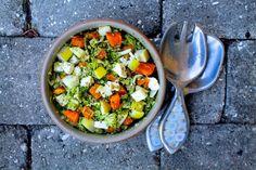 Årh guf! Denne salat opstod faktisk til frokost en dag, hvor maven rumlede, køleskabet indeholdt flere lækre sager og der var lidt ekstra tid til at lave en god frokost. Det er noget af det, jeg savnedealler mest, ida jeg var ude at rejse. Lækre sprøde salater fyldt med alle mulige gode ting,....