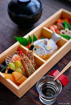 お節 - Osechi-ryori are specially-prepared New Year's dishes to be eaten during the first three days of January. Wine Recipes, Asian Recipes, Breakfast For Dinner, Bento Box, Holiday Recipes, Holiday Foods, Dinner Menu, Korean Food, Japanese Food