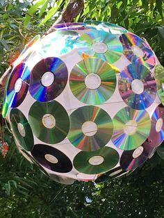 CD's met lijmpistool geplakt op rijstlamp