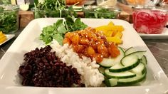 L'assiette est composée de riz, de poisson, de betteraves et de concombre Marina Orsini, Power Bowl, Healthy Food, Healthy Recipes, Bowls, Rice, Rice Bowls, Rice Salad, Cucumber