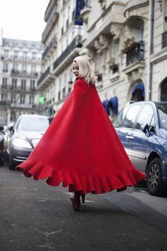 Street style en la alta costura de Paris primavera verano 2013: Ulyana Sergeenko: Una capa roja que se abre al caminar, como una Caperucita moderna y chic atrapada en la ciudad más bella del mundo.