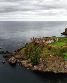 Le splendide spot du Château de Dunnottar 🏰 Beautiful Castles, Scotland, The Incredibles, Water, Outdoor, Instagram, Places, Gripe Water, Outdoors