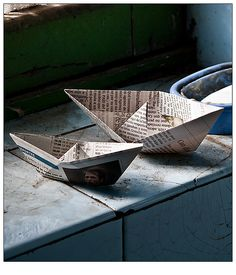 Check out these amazing paper boats made from recycled newspaper. Thanks for the DIY inspiration remainsimple.tumblr.com! #paperboats