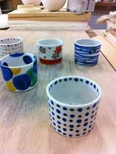 These are Kutani chokoes, cups to drink Japanese Sake. Kutani potteries are made in Kaga area in Ishikawa Pref. in Japan. You can use these small choko for keeping your accesaries or keys in it. Or you can use it as flower vase! These chokoes are designed by Haregama, Kutani pottery artisans in Nomi City in Ishikawa Pref.
