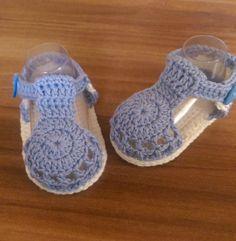 Strick- & Häkelschuhe - Gehäkelte Babysandalen in hellblau/weiß - ein…