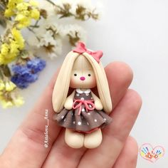 Cute polymer clay bunny for Easter Polymer Clay People, Polymer Clay Figures, Cute Polymer Clay, Cute Clay, Polymer Clay Miniatures, Fimo Clay, Polymer Clay Projects, Polymer Clay Creations, Handmade Polymer Clay
