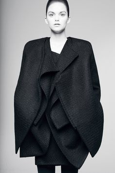 Rad by Rad Hourani Ready To Wear Fall Winter 2014 Paris Live Fashion, Fashion Art, Fashion Design, Robert Morris, Rad Hourani, Madrid, Androgynous Fashion, Kimono, Sculptural Fashion