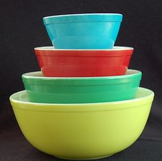 Vintage Pyrex mixing bowls. Wishing my Mom would have had some of these colored ones.