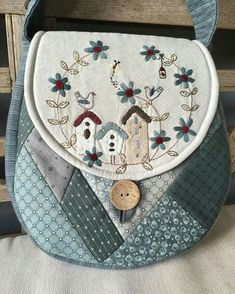 Patchwork bag and purse patterns that feature appliqué and stitchery Patchwork Bags, Quilted Bag, Anni Downs, Japanese Bag, Simple Bags, Purse Patterns, Patch Quilt, Fabric Bags, Mini Quilts