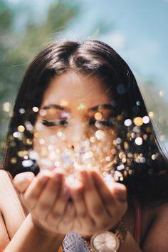 Graduation // Photoshoot // Glitter Confetti // Girl // Gold // Silver // Magic // Photo by smrProject - Stephanie Rosario # cute photography Orlando Photographer Portrait Photography Poses, Girl Photography Poses, Tumblr Photography, Creative Photography, Magical Photography, Photography Awards, Portrait Shots, Photography Magazine, Glitter Photography