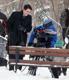 Siiiiiiiim! Robert Pattinson está lindo, moreno, maravilhoso e perfeito em Life. O ator começou hoje a gravar a trama, em Toronto, e já temos as primeiras fotos dele no set. Rob vive o fotógrafo Dennis Stock no longa e já apareceu fotografando! É demais, gente! Haja coração! Aproveitem a dose de Robertinol pra lá de especial do dia: