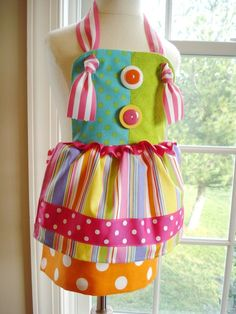 Sailor & Clown Knot Aprons for Children Technique - Sewing This adorable knot apron is so cute and easy to make! It can be made in both a sailor and clown style for fun cooking adventures with the kids! Sewing Aprons, Sewing Clothes, Sewing Hacks, Sewing Crafts, Sewing Tutorials, Diy Crafts, Sewing Patterns For Kids, Apron Patterns, Baby Patterns