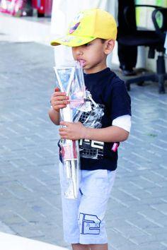 تصوير: نيشام عبدالمناف ـ الرؤية يبدأ عطلته الصيفية بشراء سلاح بلاستيكي في دبا الفجيرة أمس. http://alroeya.ae/2014/06/15/156735