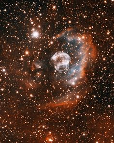 #NebulaOreja   Nebula ear or (IPHASX J205013.7 + 465 518) is a newly discovered nbulosa, is a bipolar planetary nebula located in the northern constellation Cygnus (the Swan), two degrees north east of the bright star Deneb.