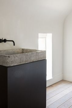 COCOON black bathroo