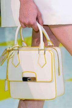 Ahora sí: El bolso blanco. No hay duda posible al respecto. Los bolsos se llevan ¡Blancos! Aunque no seas especialmente fan, esta primavera no tienes excusa. Hazte con un modelo en clave sesentera para seguir al pie de la letra la tendencia.
