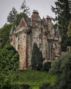 Beautiful Castles, Beautiful Buildings, Beautiful Places, Interesting Buildings, Old Abandoned Buildings, Abandoned Places, Historical Architecture, Amazing Architecture, Medieval