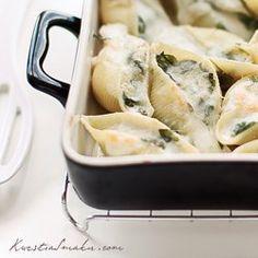 Makaron muszle ze szpinakiem, mozzarellą i parmezanem. Makaron faszerowany szpinakiem i serem. Zapiekanka z makaronu i szpinaku.