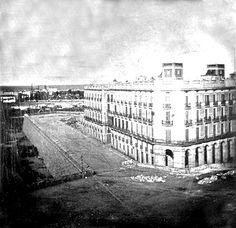 La Casa Xifrè, edificio representativo de la Barcelona de 1800. Construida en 1839-1840, la casa ocupa la manzana delimitada por las calles Reina Cristina, Llauder, Paseo de Isabel II y Pla de Palau.