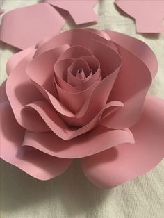 Paper Flower Decor, Giant Paper Flowers, Paper Roses, Paper Decorations, Flower Crafts, Diy Flowers, Flower Decorations, Fabric Flowers, Diy Paper