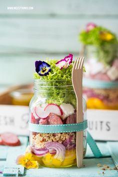 Salat im Glas Rezept mit Quinoa, Kabanos und Blüten fürs Picknick