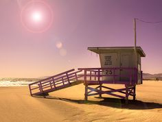 Lifeguard stand at Santa Monica Beach - Pretty in Pink | Discover Los Angeles