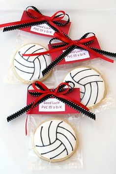 Galletas volleyball // Team mom days and making volleyball cookies for team with names on them! LOVED being team mom for all teams, decorating lockers, bringing treats.disliked the volleyball! Volleyball Snacks, Volleyball Cookies, Volleyball Crafts, Volleyball Team Gifts, Volleyball Drills, Volleyball Ideas, Volleyball Quotes, Coaching Volleyball, Softball Players
