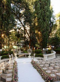 Cerimônia de casamento no jardim - decoração romântica em off white e tons de rosa ( Decoração: Cenográphia | Foto: Rafael Cruz )