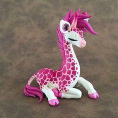 Pink giraffe by DragonsandBeasties - Polymer Clay Journal Polymer Clay Kunst, Polymer Clay Dragon, Polymer Clay Figures, Polymer Clay Sculptures, Polymer Clay Animals, Cute Polymer Clay, Cute Clay, Polymer Clay Miniatures, Fimo Clay