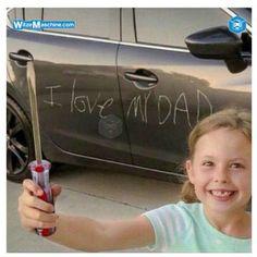 Kinder Witze - Lustiges Kind zerkratzt Auto