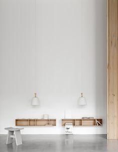 """Aufbewahrungstyp """"strukturiert"""": Como Wandregal mit Handle me Hängeleuchte. #boconcept #storage #interiordesign #scandinaviandesign #interior Boconcept, Bibliotheque Design, Metal Shelves, Sounds Good, Sleek Look, Designer, Minimalism, Colours, Ceiling Lights"""