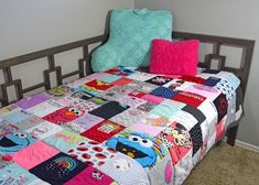 Want to make a quilt from baby clothes to preserve those special keepsake items that have so many memores? Here's how you do it - with loads of inspiration! Diy Baby Clothes Quilt, Modern Baby Clothes, Cute Baby Clothes, Babies Clothes, Babies Stuff, Baby Boy Romper, Baby Rompers, Going Home Outfit, Baby Quilts