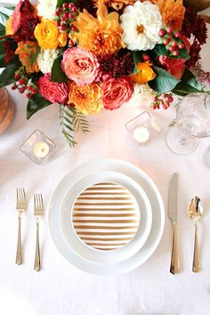 Styling a wedding or holiday table in modern metallics with a classic fall palette of gold, orange, yellow, and coral with chic gold details! Holiday Tables, Holiday Parties, Thanksgiving Table, Fall Table, Ideas De Catering, Fall Flowers, Wedding Flowers, Fresh Flowers, Wedding Colors