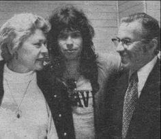 Awesome Steven Tyler between Mom and Dad Steven Tylor, Roisin Dubh, Comedy Acts, Elevator Music, Steven Tyler Aerosmith, Sports Personality, Joe Perry, Rock Artists, Mom And Dad