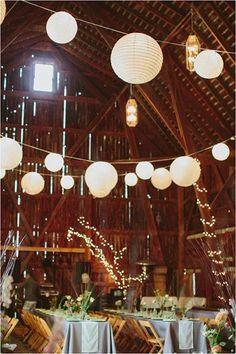 Oude boerenschuur versierd met witte lampionnen. #lampion #lampionnen #bruiloft #schuur #wedding #weddingideas #weddinginspiration #event #decoration #styling #huwelijk #feest #romantic #party #marriage White paper lanterns, Huwelijks ideeen Bruilofts borden Fete de mariage Heiraat dekoration Hangende lantaarn
