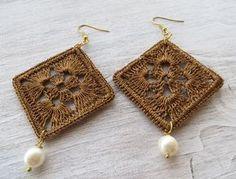 Golden crochet earrings with pearls large earrings by Sofiasbijoux golden earrings Crochet Earrings Pattern, Crochet Jewelry Patterns, Crochet Accessories, Crochet Necklace, Lace Earrings, Dangle Earrings, Golden Earrings, Square Earrings, Jewelry Crafts
