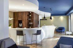 Comptoir / bar en résine de synthèse V-korr. Plus d'infos sur : http://www.v-korr.com/home/mobilier-solid-surface-hotel/