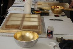 Gold, Silber und Metalloberflächen. Besuchen Sie ein Wochenendseminar und lernen Sie die vielfältigen Möglichkeiten kennen, wie Sie metallisch glänzende Oberflächen erzeugen. Von den traditionellen Vergoldertechniken bis hin zu raffinierten Gestaltungsmöglichkeiten von ganzen Wänden. Besuchen Sie unsere Webseite und erfahren Sie mehr über diesen Kurs.